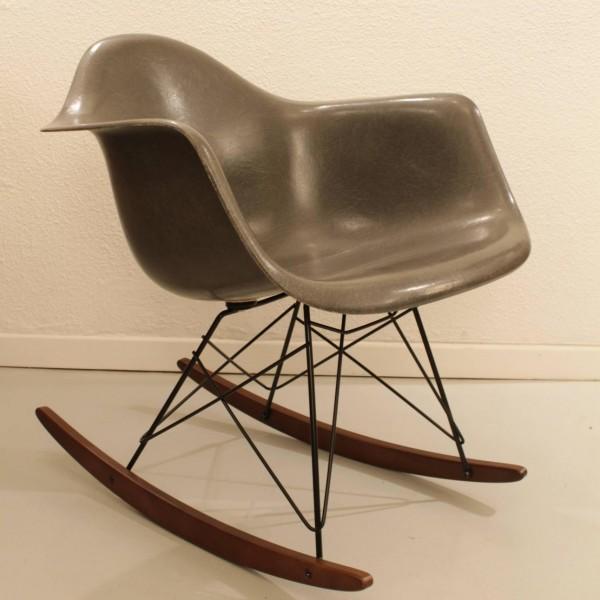 Charles ray eames rar fauteuil bascule les illumin s design - Fauteuil a bascule eames ...